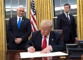 Trump firmando la prohibición de financiar a grupos pro aborto a nivel internacional / EFE.