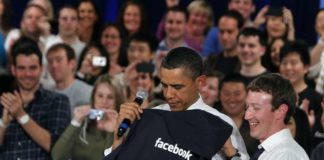 Obama recibe un jersey de Facebook de manos de Mark Zuckerberg.